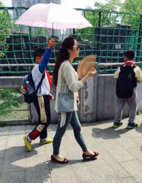 TQ: Cô giáo bắt học sinh cầm ô che nắng gây phẫn nộ - 1