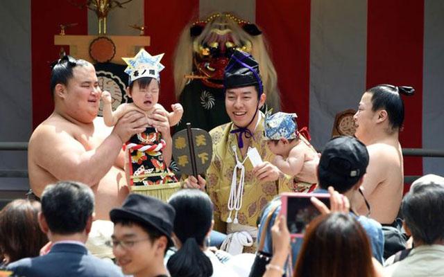 Độc đáo cuộc thi Sumo chọc trẻ con khóc thét ở Nhật - 3