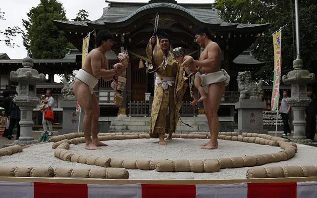 Độc đáo cuộc thi Sumo chọc trẻ con khóc thét ở Nhật - 1