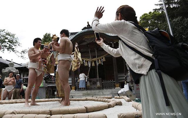 Độc đáo cuộc thi Sumo chọc trẻ con khóc thét ở Nhật - 5