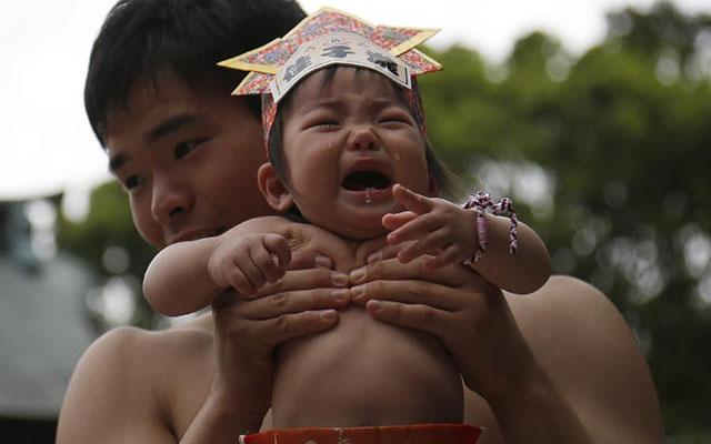 Độc đáo cuộc thi Sumo chọc trẻ con khóc thét ở Nhật - 6