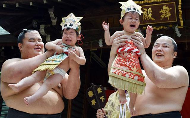 Độc đáo cuộc thi Sumo chọc trẻ con khóc thét ở Nhật - 7