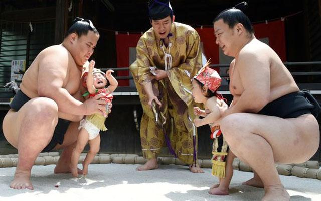 Độc đáo cuộc thi Sumo chọc trẻ con khóc thét ở Nhật - 4