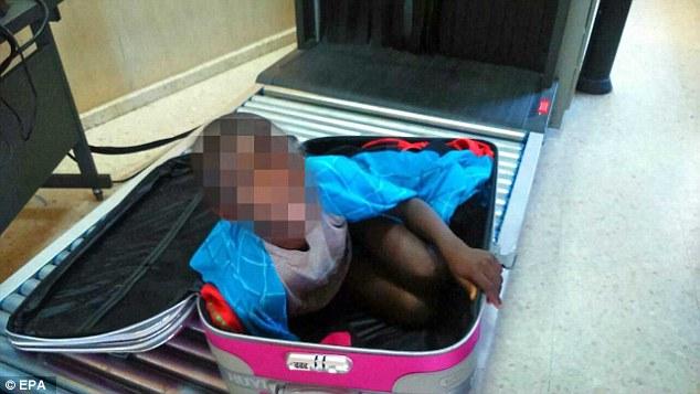 """Giấu bé 8 tuổi trong vali để """"tuồn"""" vào Tây Ban Nha - 2"""