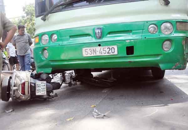 Đẩy nghiêng xe buýt, cứu 1 phụ nữ kẹt cứng dưới gầm - 1