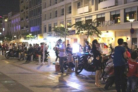 0 giờ sáng, phố đi bộ Nguyễn Huệ có gì? - 8