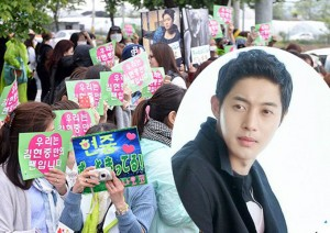 Mặc scandal, nghìn fan vẫn tiễn Kim Hyun Joong đi lính