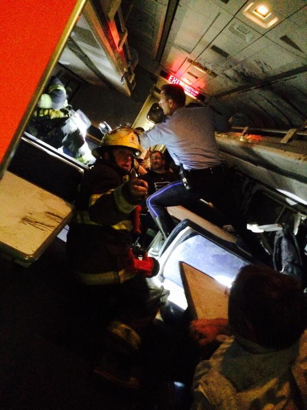 Mỹ: Tàu hỏa trật đường ray, 55 người thương vong - 4