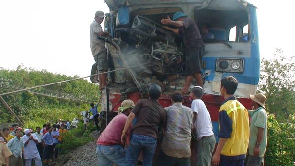 Tông xe tải, lái tàu hỏa gãy 2 chân, kẹt trong ghế lái - 1