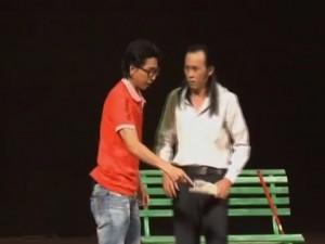 Video clip: Hoài Linh ngăn cản đệ tử đánh con mình