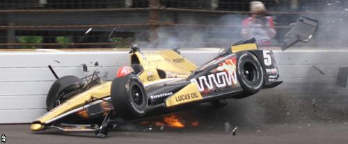 Thoát chết dù xe đua vỡ tan và bốc cháy - 2