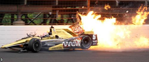 Thoát chết dù xe đua vỡ tan và bốc cháy - 3