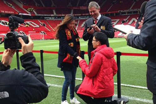 CĐV Thái Lan cầu hôn bạn gái ngay trên sân Old Trafford - 1