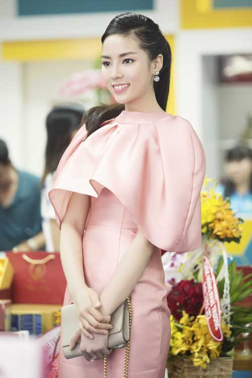 """Hoa hậu Kỳ Duyên """"kín trước, hở sau"""" với đầm hồng - 1"""