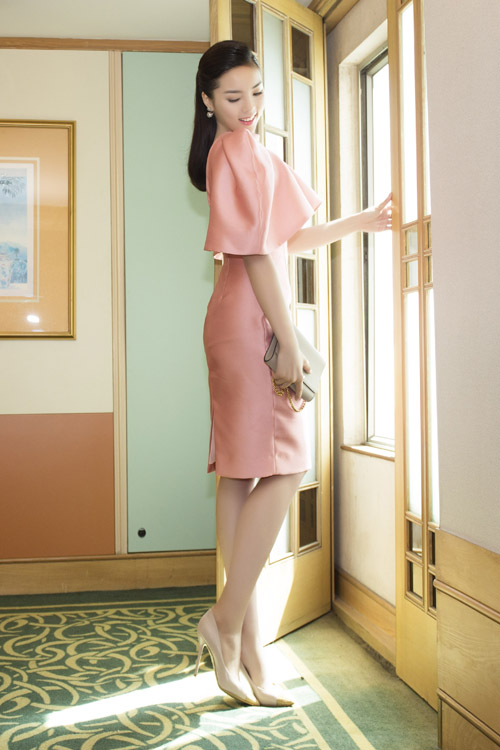 """Hoa hậu Kỳ Duyên """"kín trước, hở sau"""" với đầm hồng - 2"""
