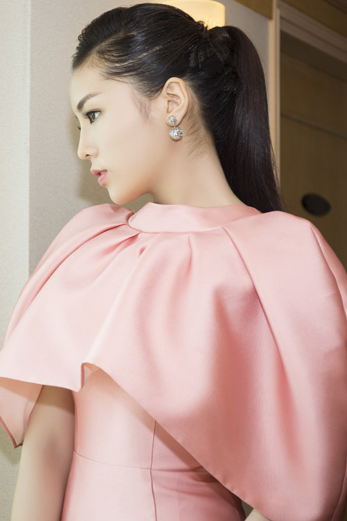 """Hoa hậu Kỳ Duyên """"kín trước, hở sau"""" với đầm hồng - 4"""