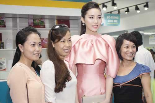 """Hoa hậu Kỳ Duyên """"kín trước, hở sau"""" với đầm hồng - 7"""