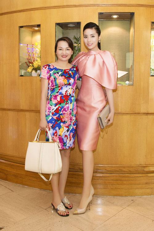 """Hoa hậu Kỳ Duyên """"kín trước, hở sau"""" với đầm hồng - 6"""