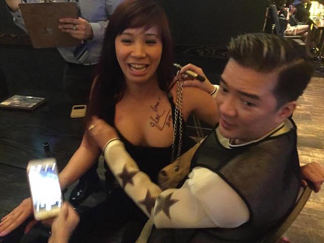 Mr. Đàm ký tên trên ngực fan nữ gây tranh cãi - 2