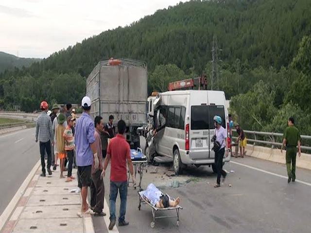 Ô tô 16 chỗ húc xe tải, 1 người chết, 7 người bị thương - 1