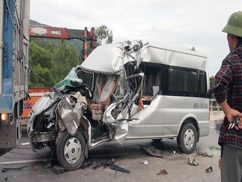 Ô tô 16 chỗ húc xe tải, 1 người chết, 7 người bị thương - 2