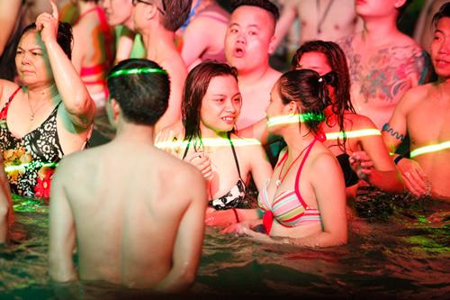 Tranh cãi cảnh nam nữ chen chúc chơi trong tiệc bikini - 1