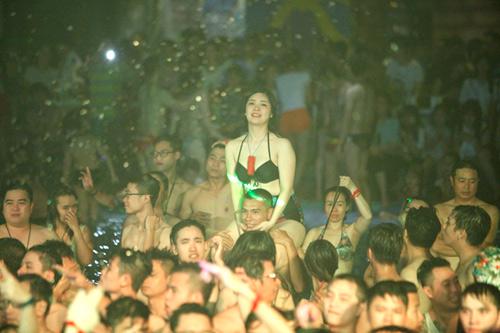 Tranh cãi cảnh nam nữ chen chúc chơi trong tiệc bikini - 2