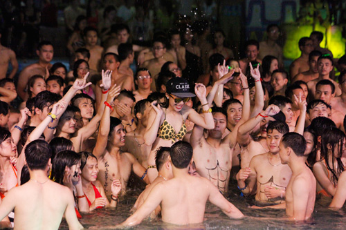 Tranh cãi cảnh nam nữ chen chúc chơi trong tiệc bikini - 3