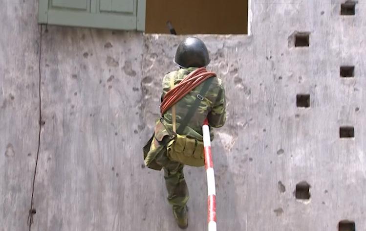 Xem bộ đội phòng hóa diễn tập chống khủng bố - 1