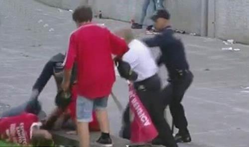 SỐC: CĐV bị cảnh sát đánh đập ngay trước mặt con nhỏ - 1