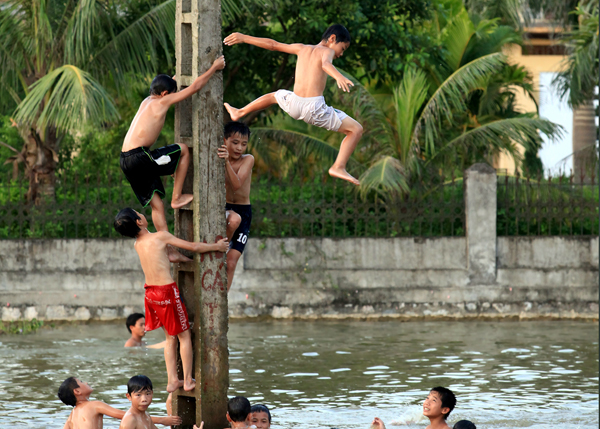 Ảnh: Trẻ ngoại thành hồn nhiên bơi sông, tắm giếng - 4