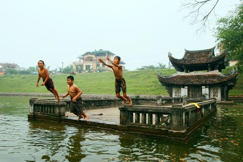 Ảnh: Trẻ ngoại thành hồn nhiên bơi sông, tắm giếng - 3