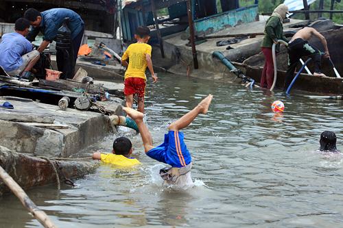 Ảnh: Trẻ ngoại thành hồn nhiên bơi sông, tắm giếng - 5