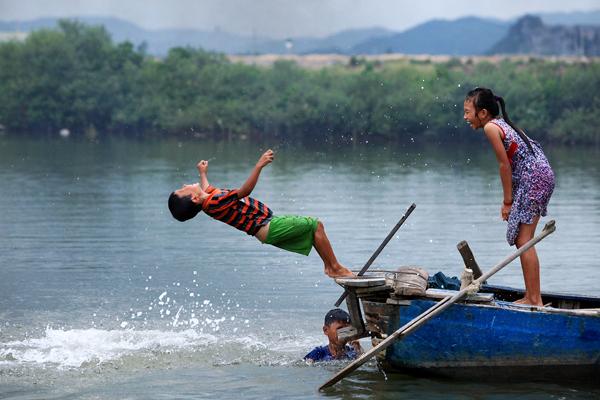 Ảnh: Trẻ ngoại thành hồn nhiên bơi sông, tắm giếng - 6
