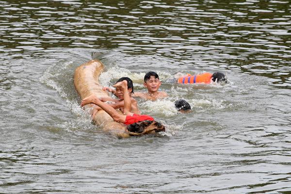 Ảnh: Trẻ ngoại thành hồn nhiên bơi sông, tắm giếng - 8