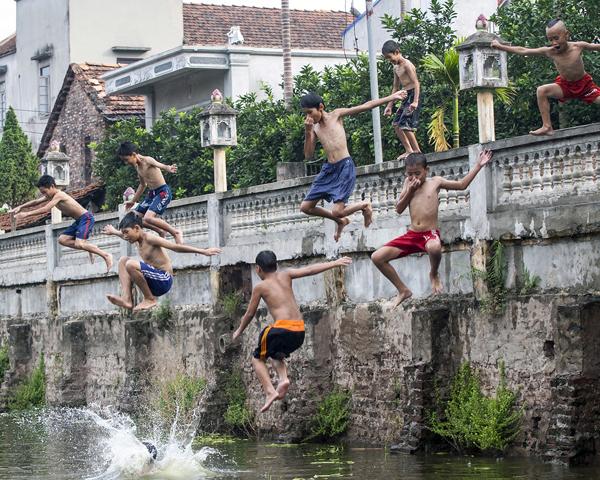 Ảnh: Trẻ ngoại thành hồn nhiên bơi sông, tắm giếng - 9