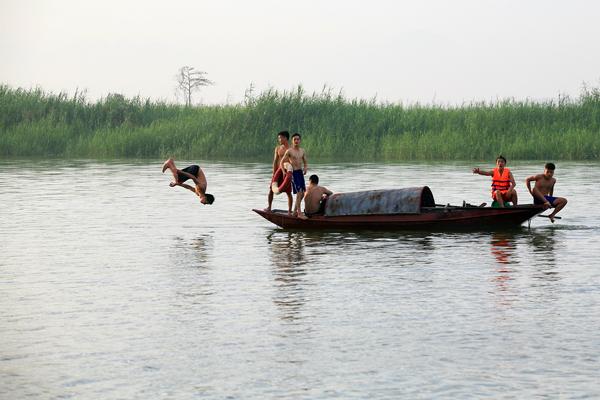 Ảnh: Trẻ ngoại thành hồn nhiên bơi sông, tắm giếng - 12