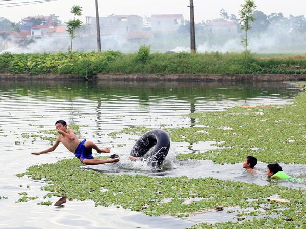 Ảnh: Trẻ ngoại thành hồn nhiên bơi sông, tắm giếng - 11