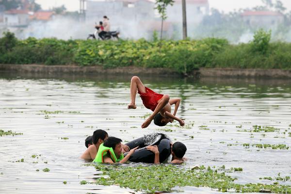 Ảnh: Trẻ ngoại thành hồn nhiên bơi sông, tắm giếng - 10