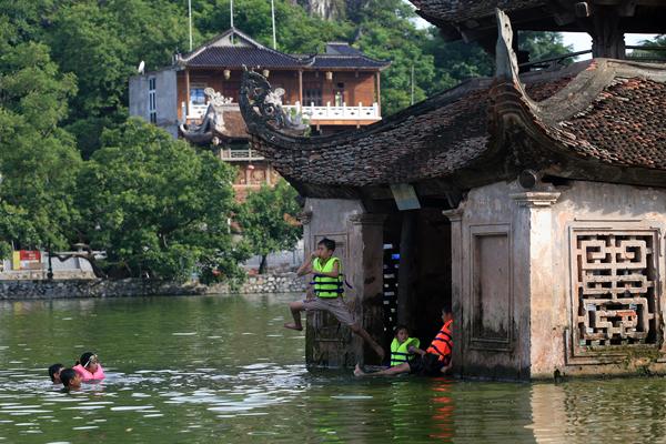 Ảnh: Trẻ ngoại thành hồn nhiên bơi sông, tắm giếng - 13