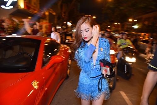 Hoàng Thùy Linh diễn sung với váy tua rua sexy - 1