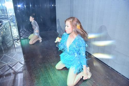 Hoàng Thùy Linh diễn sung với váy tua rua sexy - 5