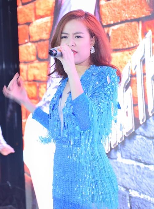Hoàng Thùy Linh diễn sung với váy tua rua sexy - 7