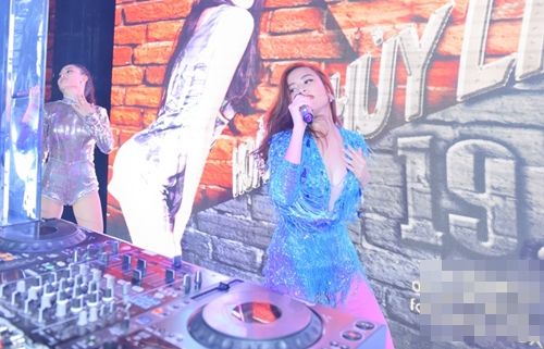 Hoàng Thùy Linh diễn sung với váy tua rua sexy - 6