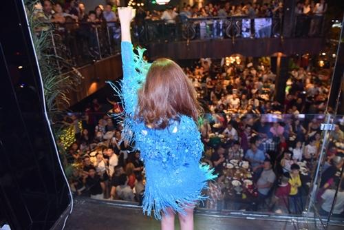 Hoàng Thùy Linh diễn sung với váy tua rua sexy - 8