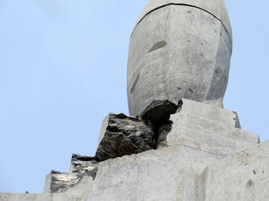 Không cột thu lôi, tượng đài 25 tỉ đồng bị sét đánh vỡ - 3
