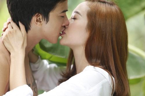 Những nụ hôn nóng bỏng của Minh Hằng trên màn ảnh - 1