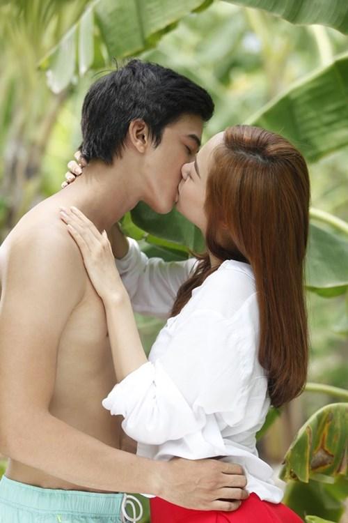 Những nụ hôn nóng bỏng của Minh Hằng trên màn ảnh - 2