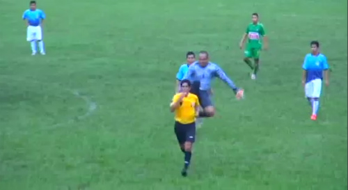 Cay cú vì thẻ phạt, thủ môn đá song phi vào trọng tài - 1