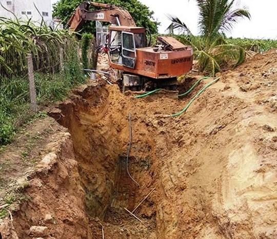 Lở đất khi lắp ống dẫn nước, 2 người chết - 1